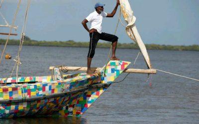 Kenianos construyen bote hecho de chanclas y 10 toneladas de plástico recicladas